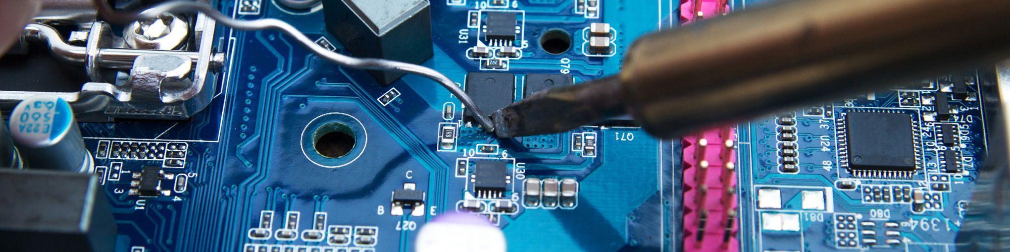 Platine mit Mikroprozesser und Kondensatoren wird durchgemessen - Mainboard