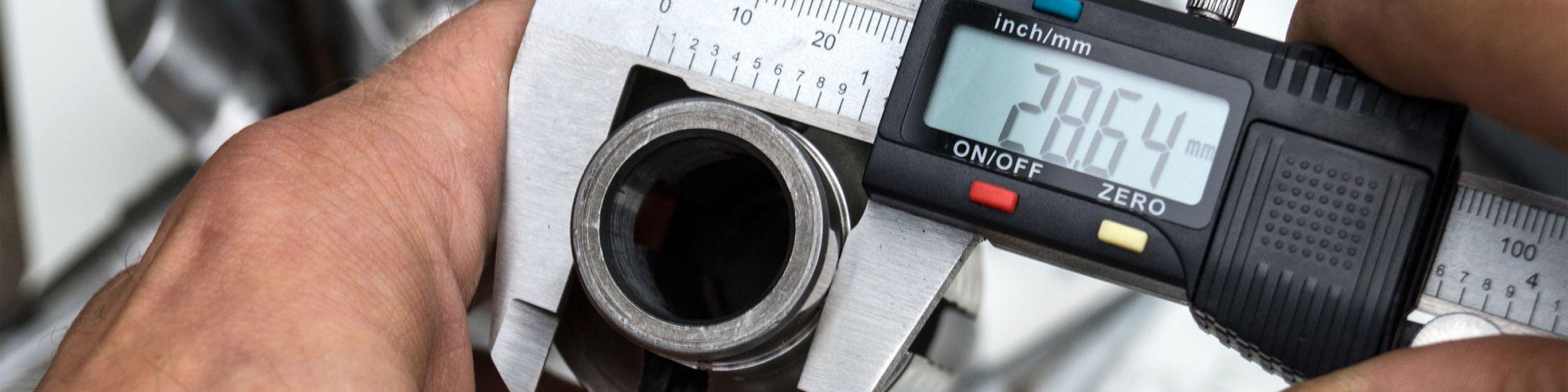 Präzise Messtechnik mit Messschieber im Maschinenbau